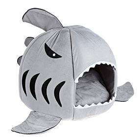 Cama para gatos con forma de tiburón